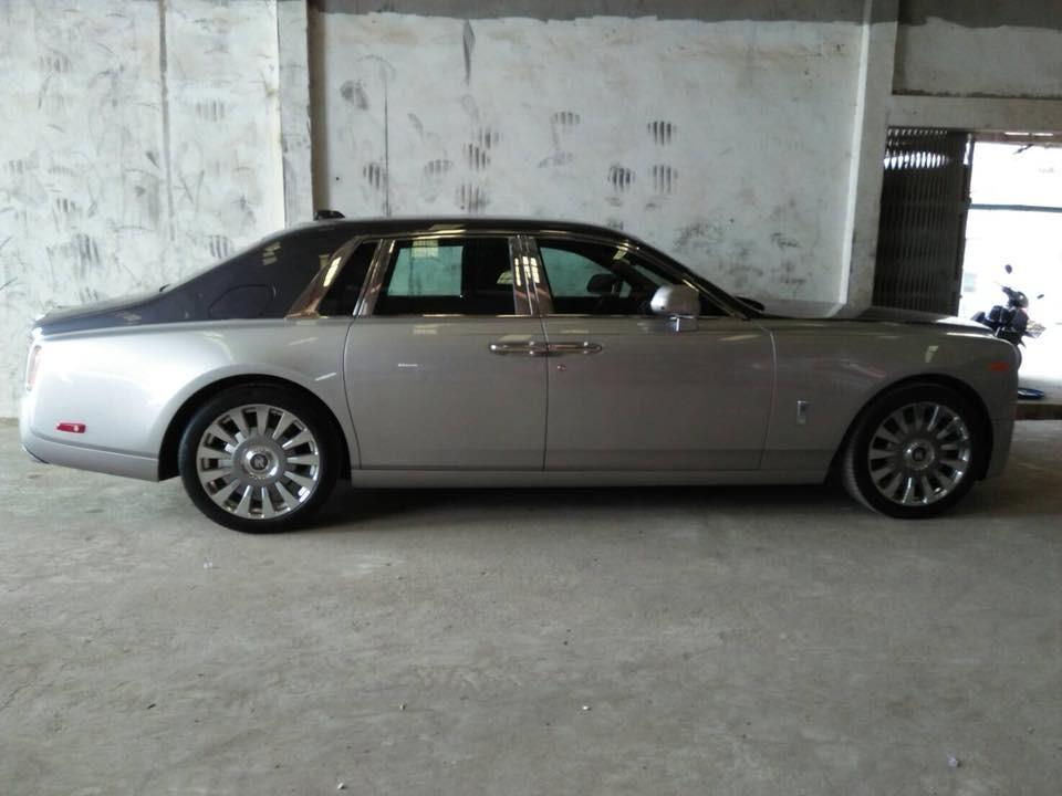 Chiếc xe siêu sang Rolls-Royce Phantom thế hệ thứ 8 xuất hiện tại Campuchia được phối 2 tông màu xám và đen
