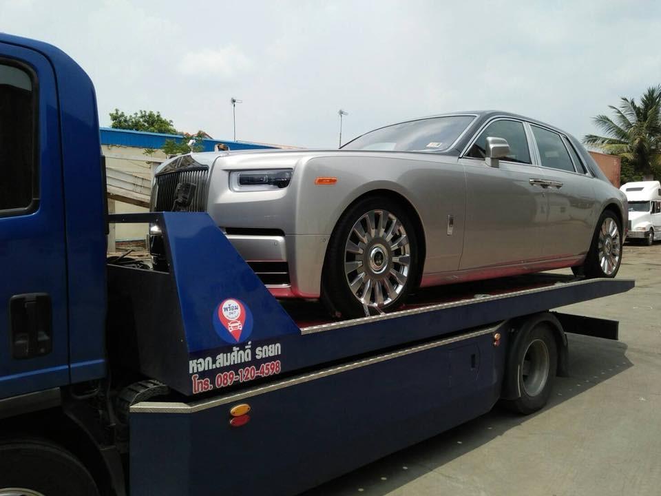 Rolls-Royce Phantom thế hệ thứ 8 có ngoại thất thay đổi thiết kế ở một số chi tiết như đèn pha, lưới tản nhiệt và đèn hậu