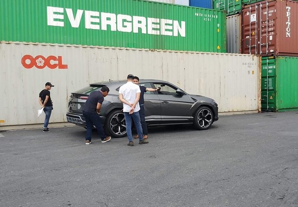 Sau chiếc màu trắng, siêu SUV Lamborghini Urus thứ 2 tại Việt Nam cũng đã lộ diện mang màu sơn xám