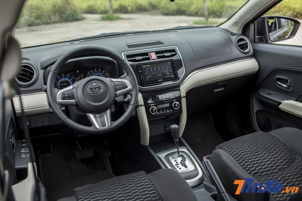 Không gian nội thất của Toyota Rush nổi bật hơn so với Toyota Wigo và Avanza. Thế nhưng vẫn chỉ được cấu thành chủ yếu từ nhựa và nỉ.