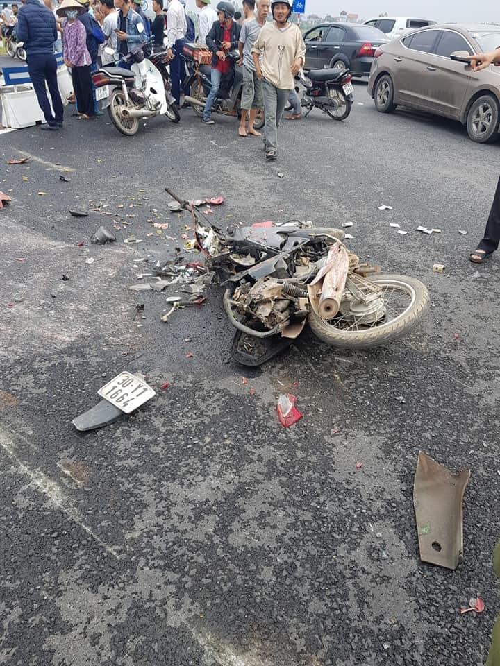 Chiếc xe máy nát bét tại hiện trường vụ tai nạn