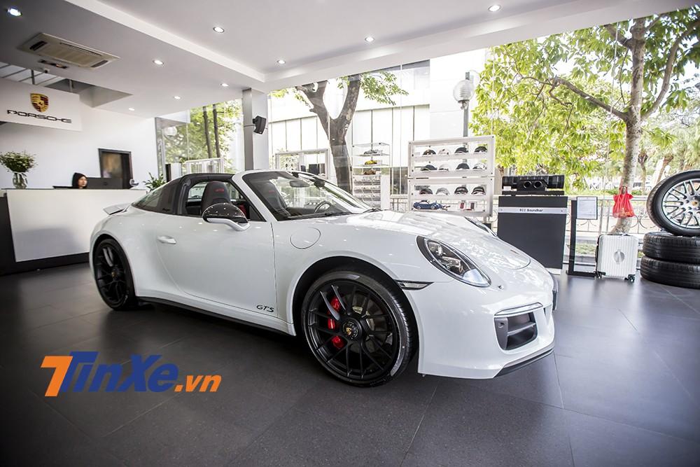 Porsche 911 Targa 4 GTS với giá bán chính hãng hơn 11,2 tỉ VNĐ tại Việt Nam.
