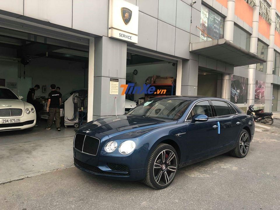 Bentley Flying Spur V8 S có một số thay đổi thiết kế so với bản tiêu chuẩn như hốc gió trước có thêm thanh chia gió giúp cho mặt tiền xe hầm hố hơn