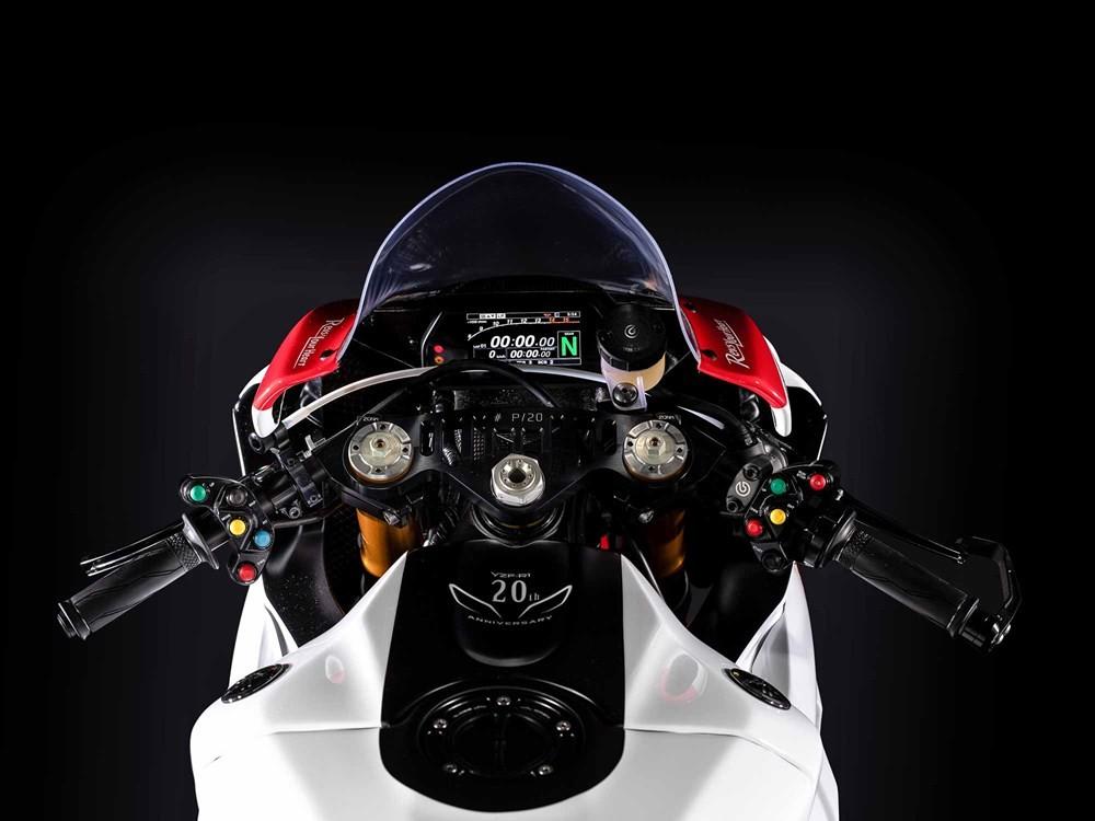 Cùm công tắc hai bên được thay bằng cùm công tắc giống xe đua MotoGP. Bên cạnh đó là trợ lực tay lái có thể hiệu chỉnh