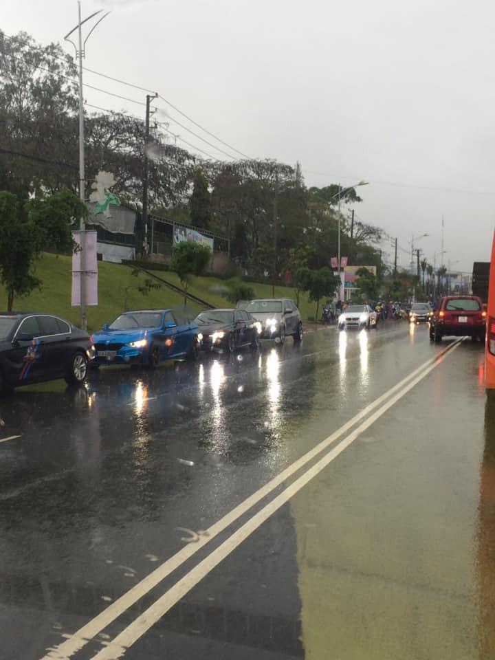Một số xe trong đoàn BMW Fan Club dừng lại xem xét tình hình vụ tai nạn và hỗ trợ người bị thương đưa vào bệnh viện