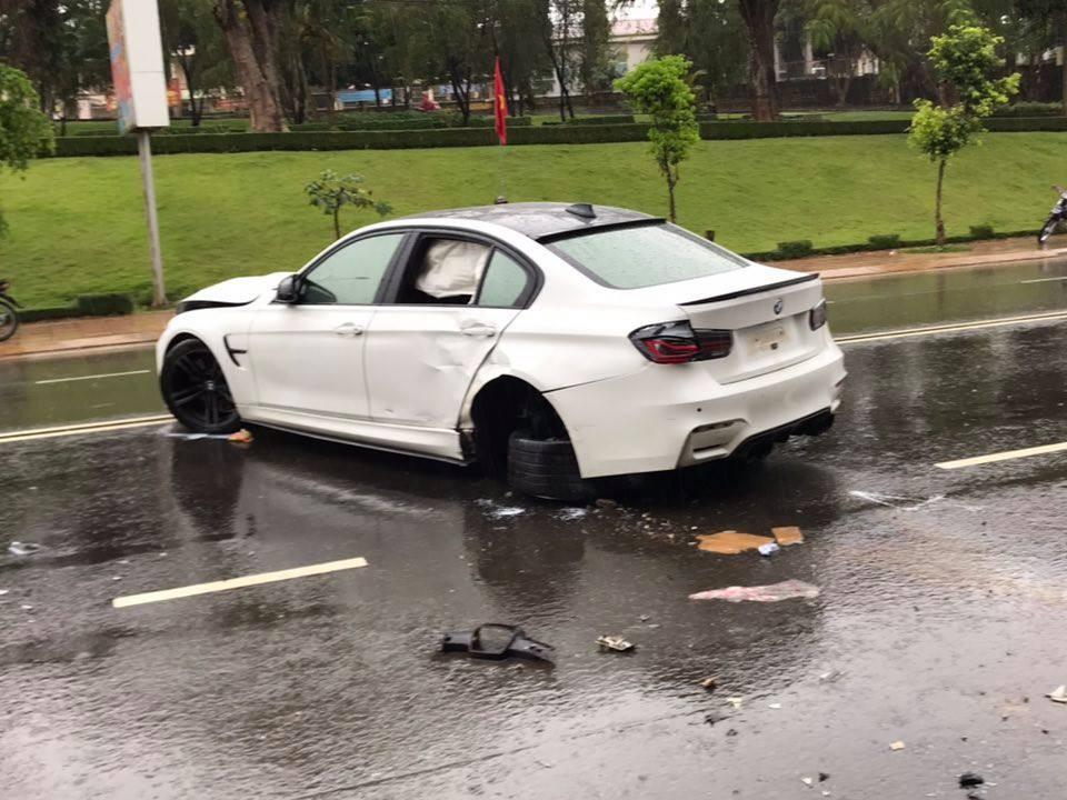 Chiếc BMW hư hỏng nặng sau vụ tai nạn