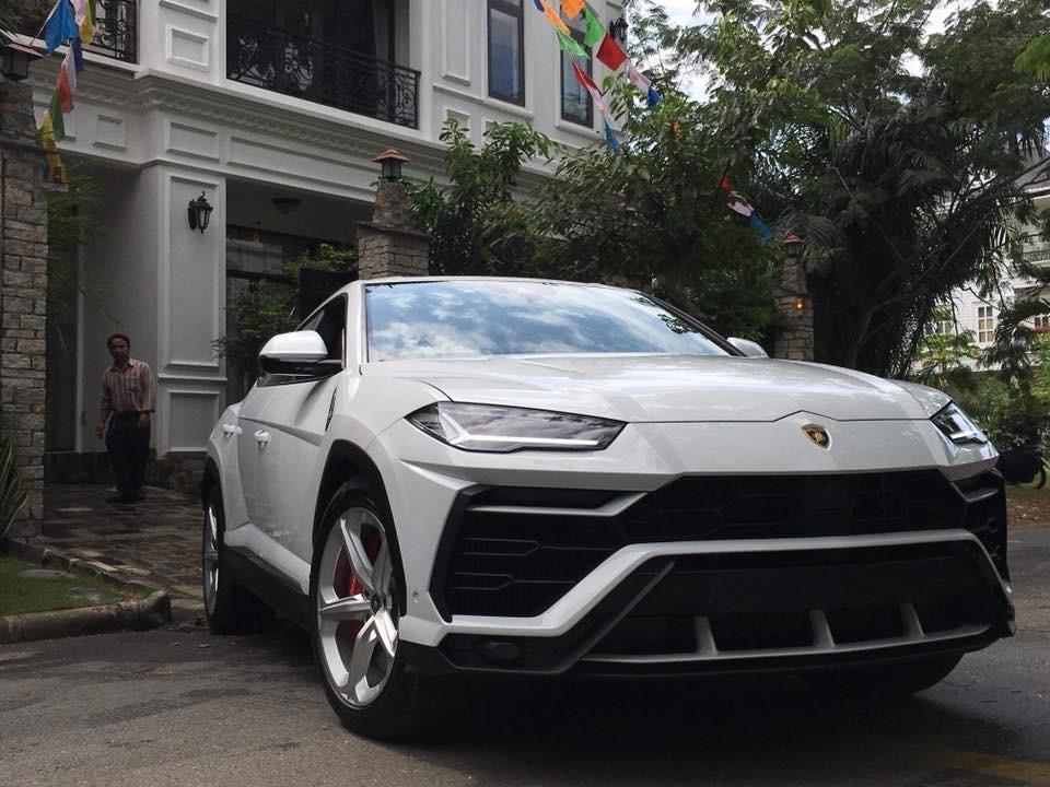 Lamborghini Urus được hãng Lamborghini Việt Nam bàn giao cho Minh Nhựa vào sáng nay
