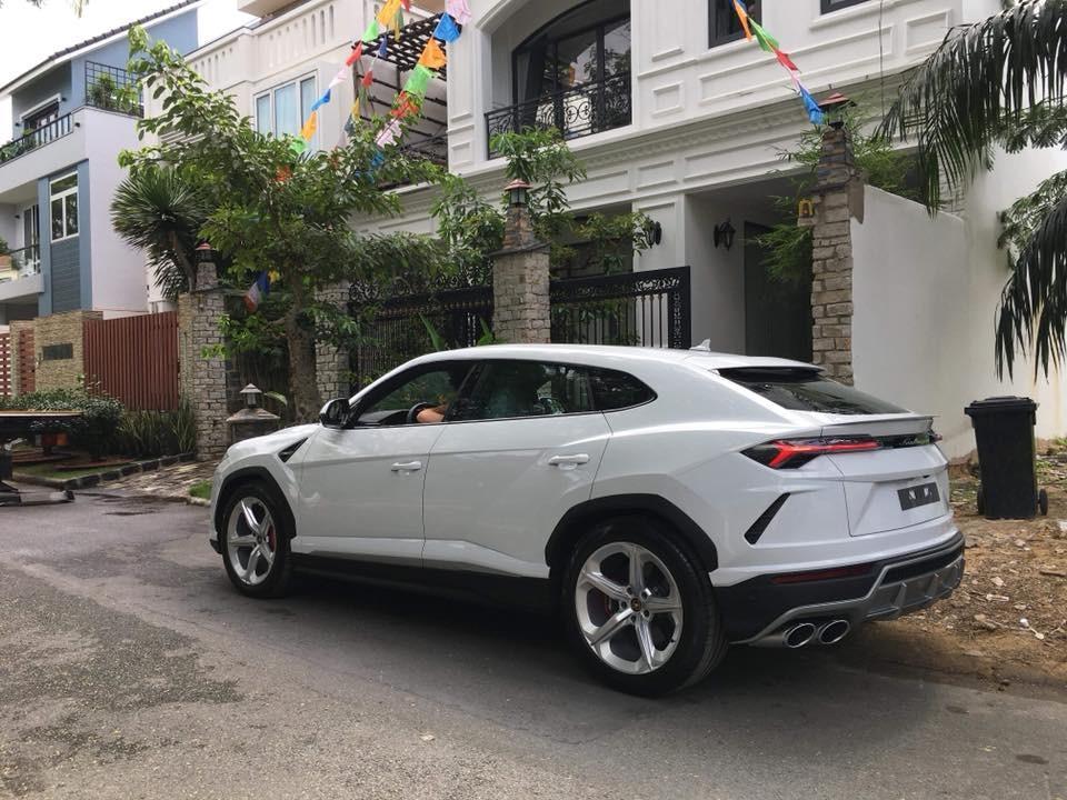 Minh Nhựa chính là chủ nhân của chiếc siêu SUV Lamborghini Urus đầu tiên về Việt Nam