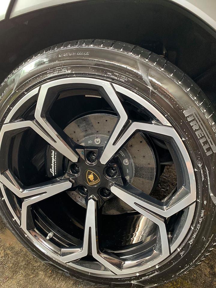 Bộ mâm chiếc Lamborghini Urus thứ 2 có kích thước lên đến 23 với thiết kế 5 chấu kép hình chữ Y và cùm phanh màu đen