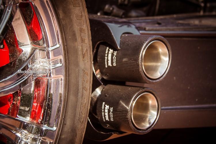 Hệ thống ống xả của xe mang thương hiệu Akrapovic dành cho ô tô, được bố trí phía sau thân xe, tạo ra thứ âm thanh rất uy lực