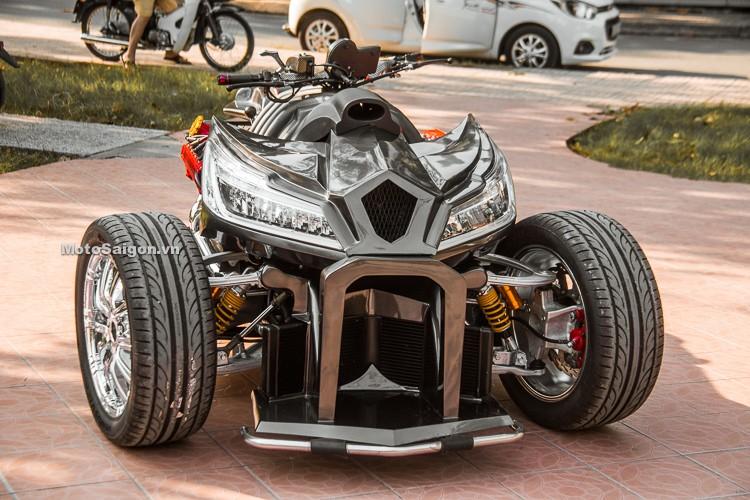 Nhìn từ phía trước, QuadBull có đầu xe rất hầm hố và bặm trợn nhờ thiết kế lớn và sắc sảo. Các chi tiết ở đầu xe như ốp đầu đèn, cản trước đều được xưởng Phi Long chế tạo thủ công