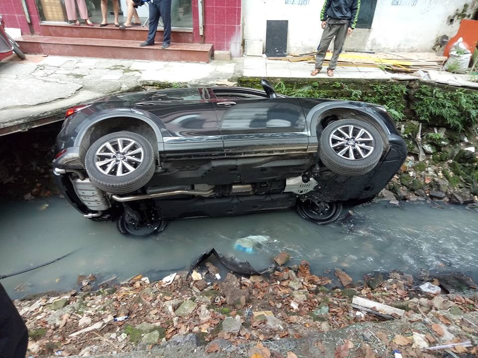Chiếc Mazda CX-5 rơi xuống mương nước đen bên đường