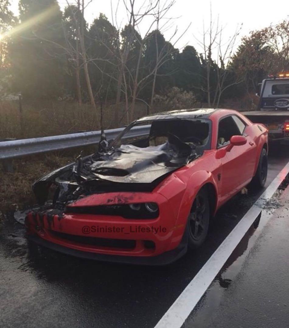 Chiếc Dodge Challenger Demon hư hỏng nặng sau khi cháy như đuốc