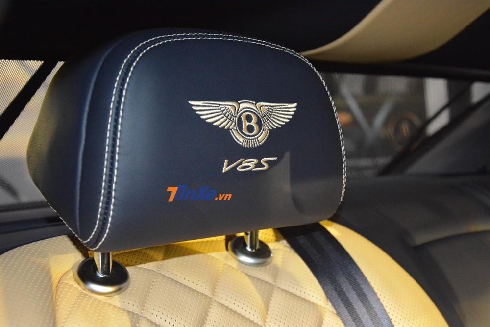 Logo V8 S thêu trên tựa đầu ghế ngồi trùng màu với ghế xe