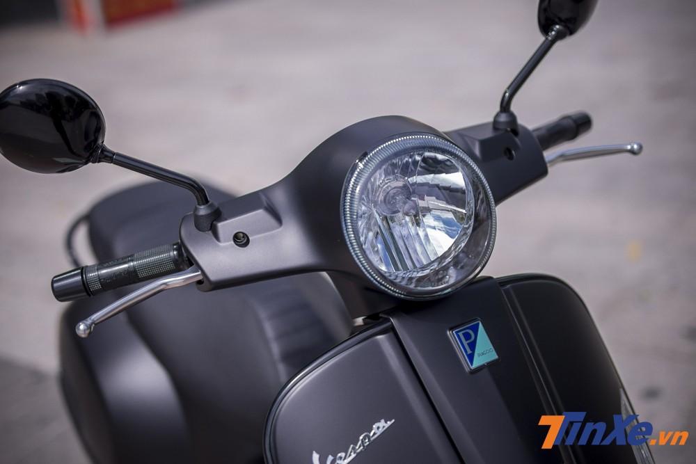 Mặc dù Vespa GTS Notte 150cc được trang bị đèn định vị ban ngày dạng LED nhưng đáng tiếc là vẫn sở hữu đèn chiếu sáng halogen.