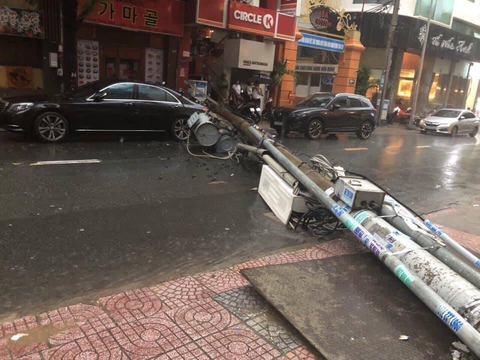 Trụ đèn đổ sập đè trúng chiếc xe sangMercedes-Benz S-Class đỗ bên đường