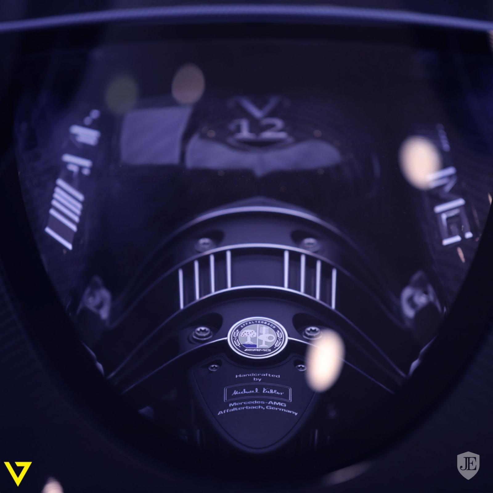 Hệ dẫn động của chiếc Pagani Huayra Roadster vẫn là động cơ V12 Biturbo, dung tích 6.0 lít tiêu chuẩn do Mercedes-AMG sản xuất