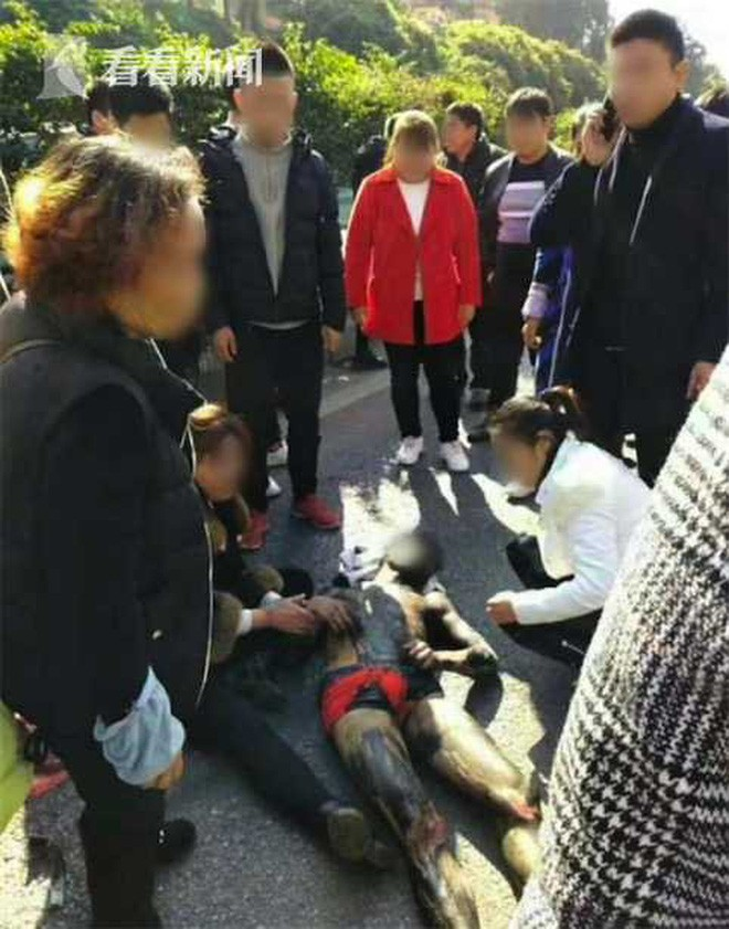 Chú rể mặc quần đùi và bị bôi mực khắp người nằm trên mặt đường
