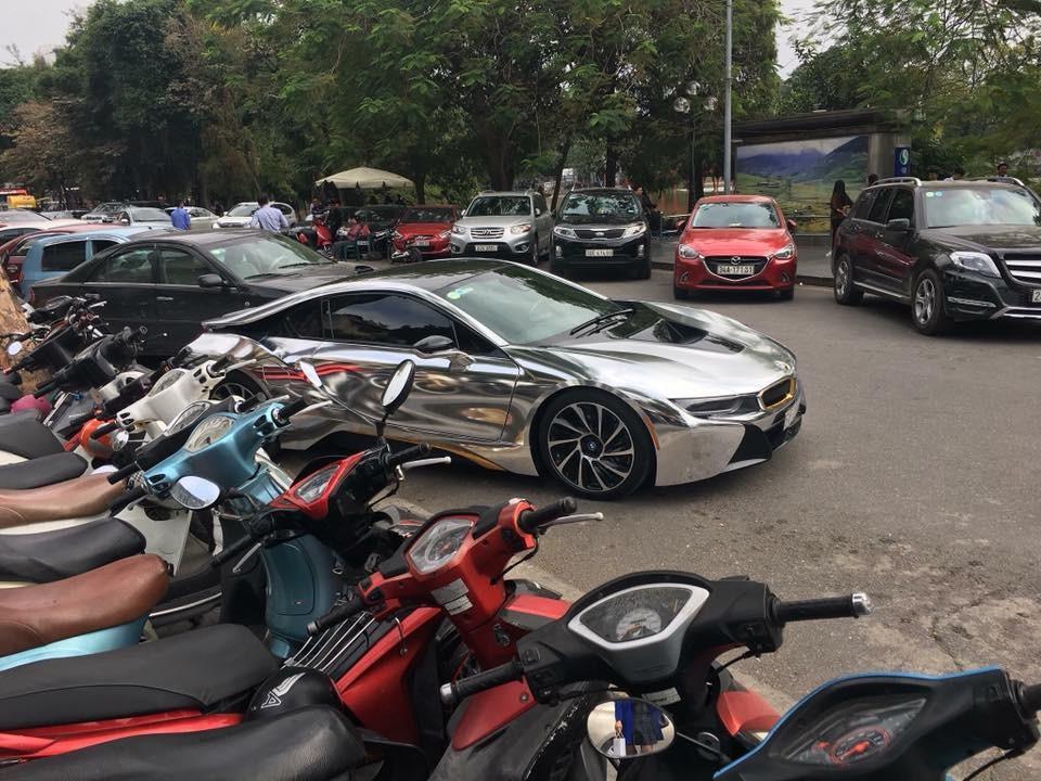 BMW i8 màu crôm sáng bóng