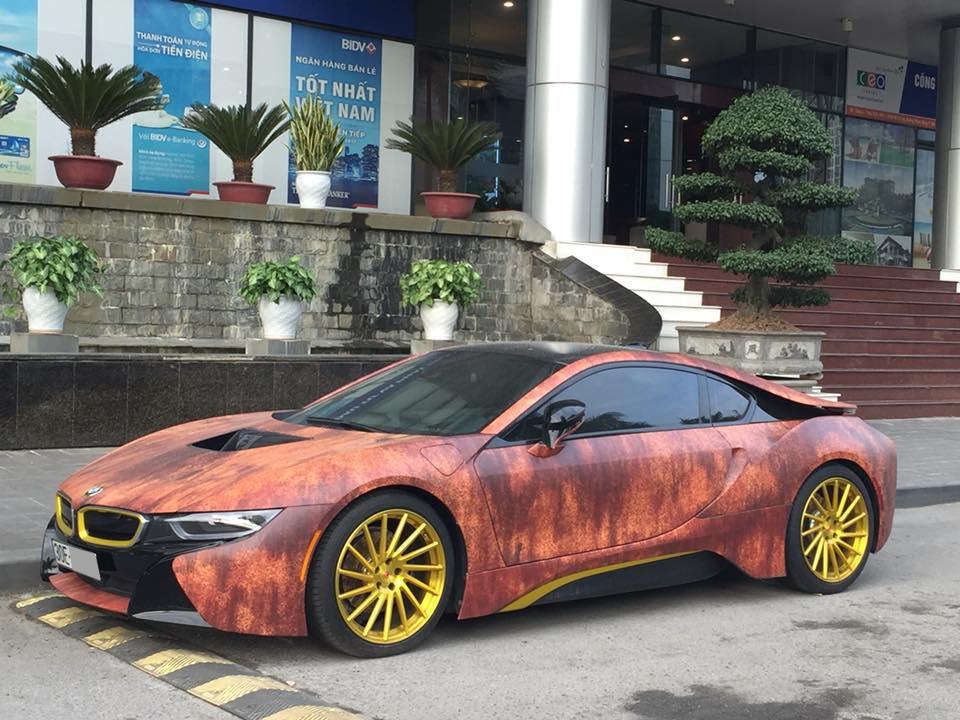 BMW i8 màu gỗ gỉ sét