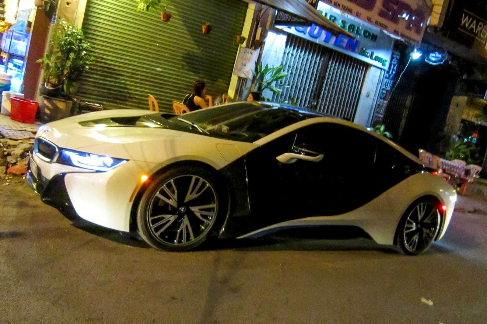 BMW i8 2 màu trắng-đen