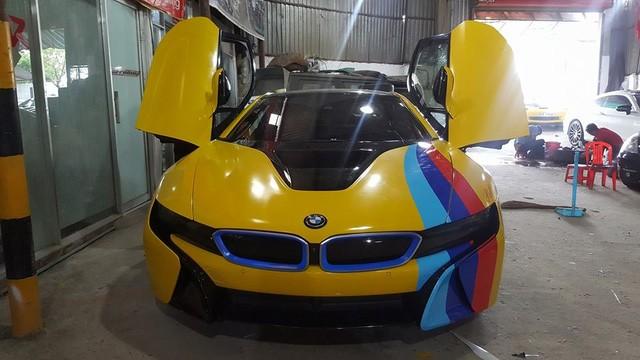 Vàng rực với các sọc xanh dương nhạt, xanh dương đậm và đỏ tương tự nhựng chiếc BMW M-Series