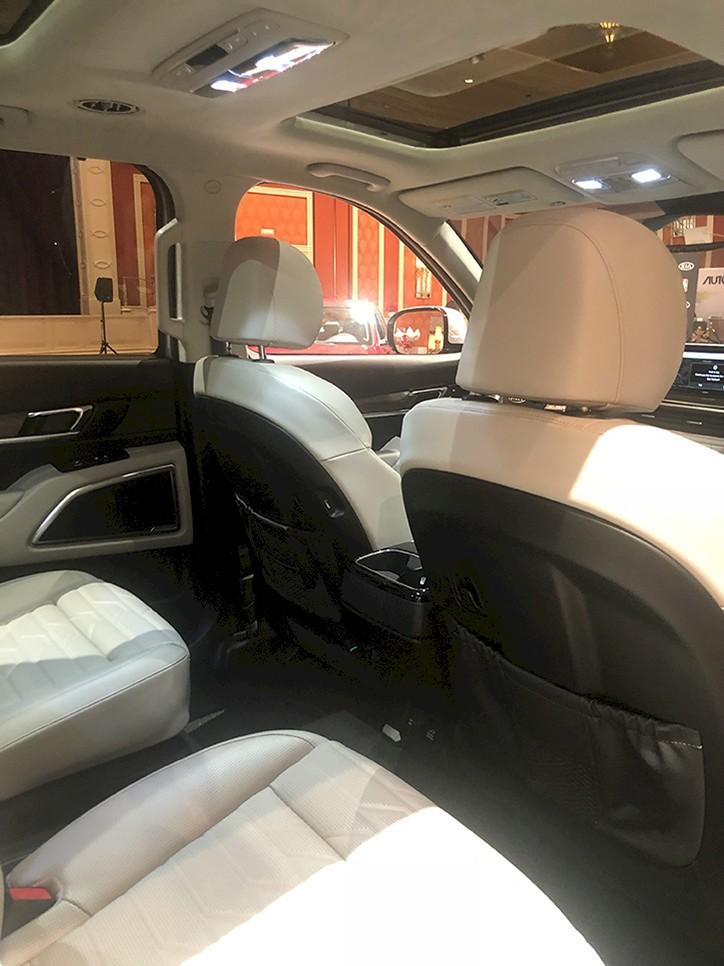 Bên trên trần của mẫu SUV cỡ lớn còn có cửa sổ trời