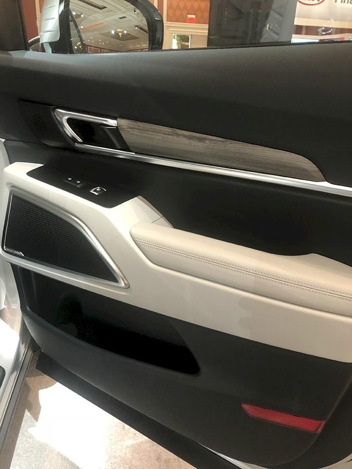 Mặt cửa bọc da và ốp gỗ của Kia Telluride 2020
