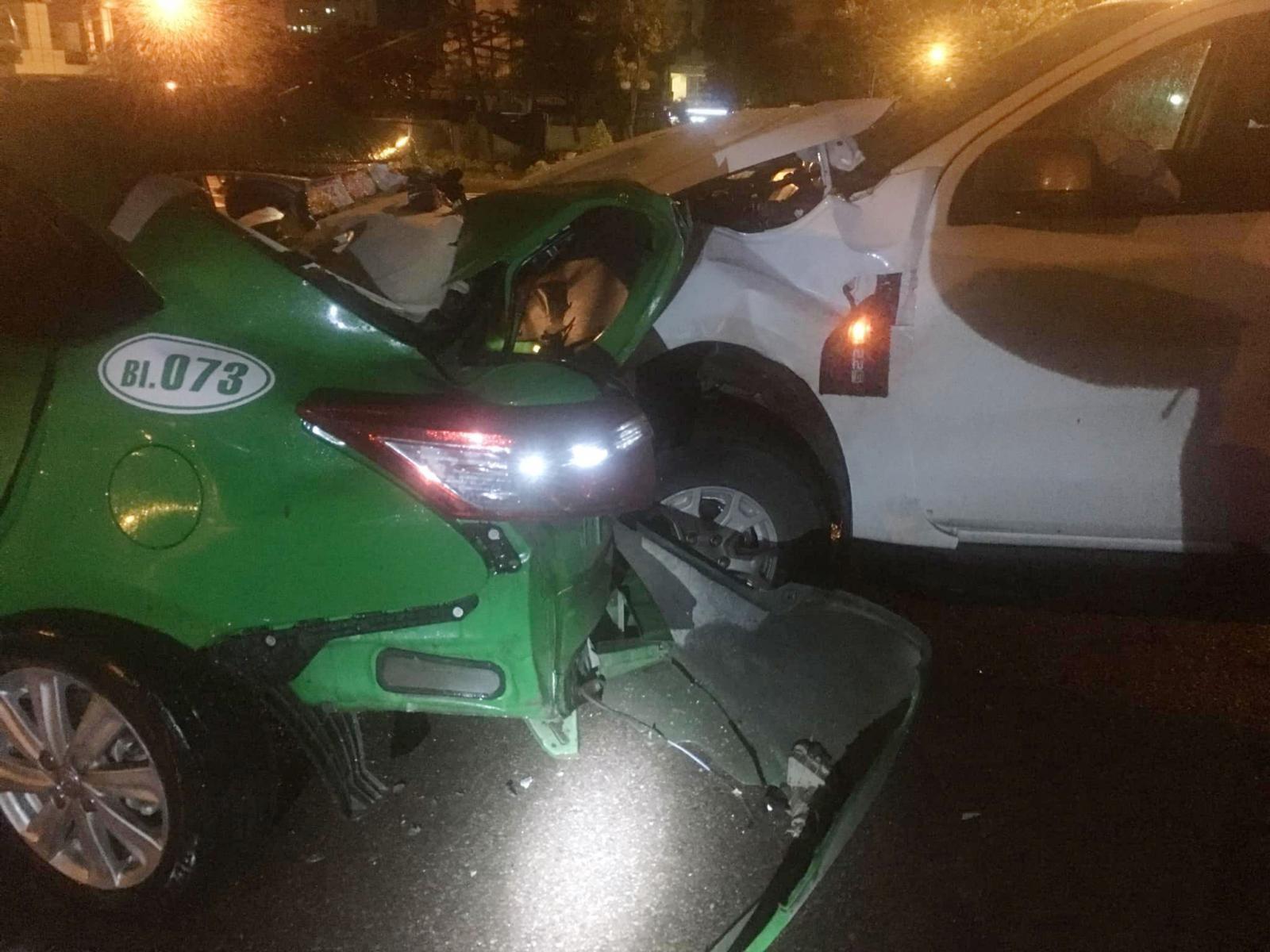 Chiếc Ford Ranger đâm mạnh chiếc taxi từ phía sau