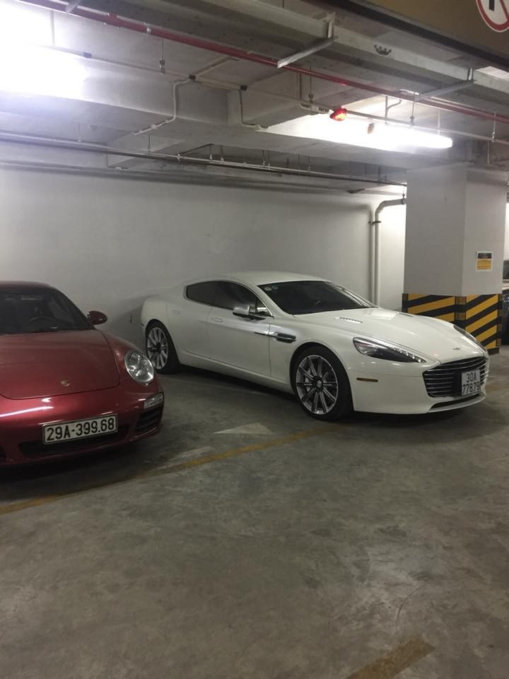 Porsche 911 màu đỏ và kế bên là nữ hoàng Coupe 4 cửa Aston Martin Rapide S