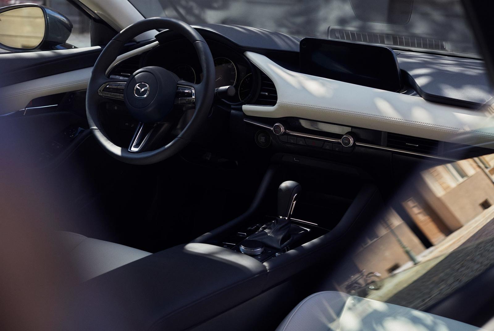 Nội thất của Mazda3 2019 theo phong cách tối giản hơn vì ít nút bấm cơ học