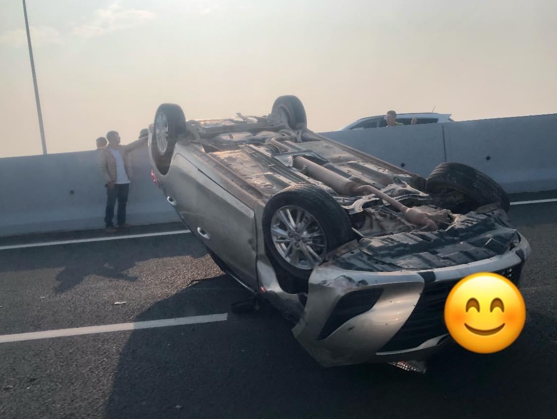 Chiếc Toyota Vios bị lật ngửa giữa đường cao tốc Hạ Long - Hải Phòng
