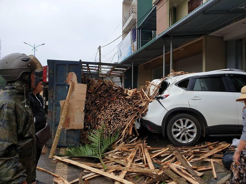 Những thanh gỗ này văng vào chiếc Mazda CX-5 đang đỗ trước cửa nhà
