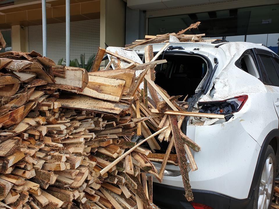 Chiếc Mazda CX-5 bị bẹp dúm phần đuôi xe