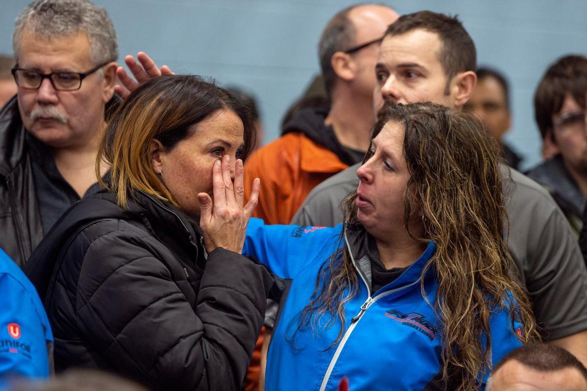 Hai nữ công nhân ởOshawa, Ontario, Canadaphản ứng trước quyết định mới của GM