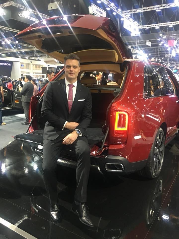Tuỳ chọn View Suite với bộ ghế ngồi phía sau khoang hành lý của Rolls-Royce Cullinan