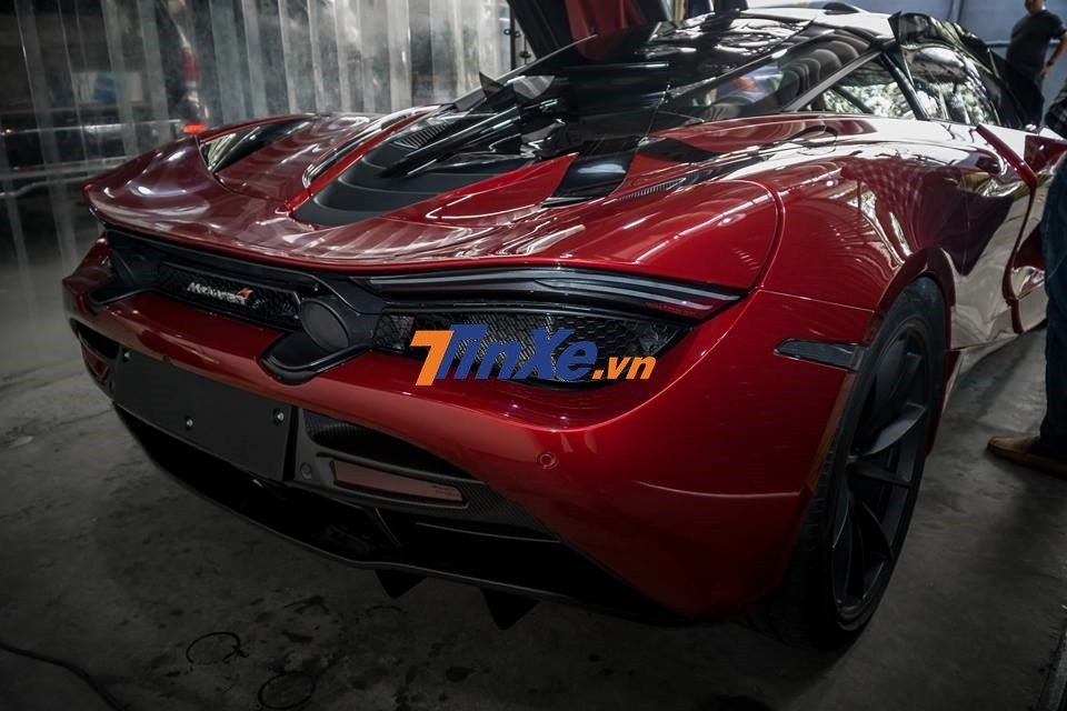 Người sở hữu chiếc siêu xe McLaren 720S màu đỏ Memphis độc nhất Việt Nam hiện còn 1 siêu xe là Lamborghini Aventador LP700-4