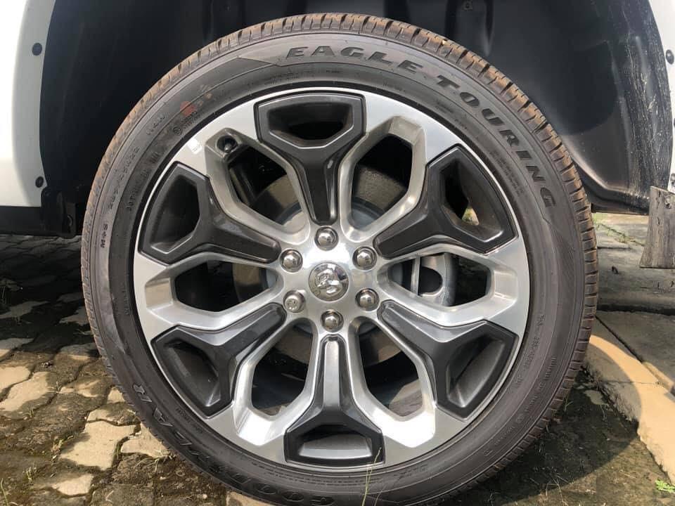 Bộ mâm 22 inch của xe còn được khoác 2 tông màu là mạ crôm và đen khá nổi bật