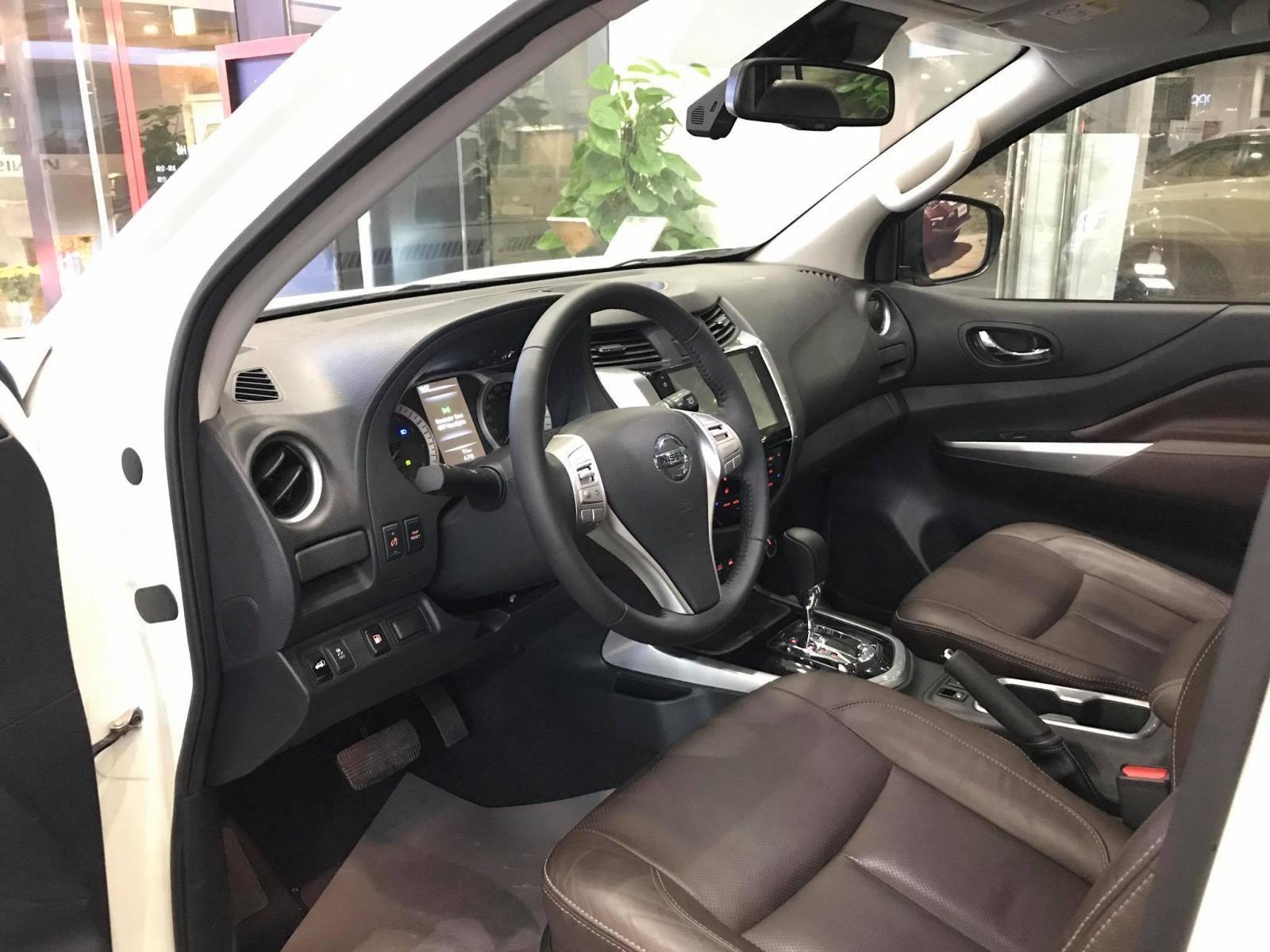 Không gian nội thất bên trong Nissan Terra khá quen thuộc.
