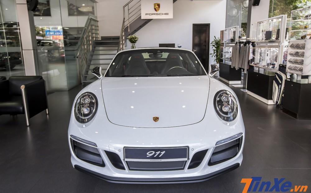 Porsche 911 Targa 4 GTS sở hữu những đường nét mềm mại nhưng không kém phần thể thao.