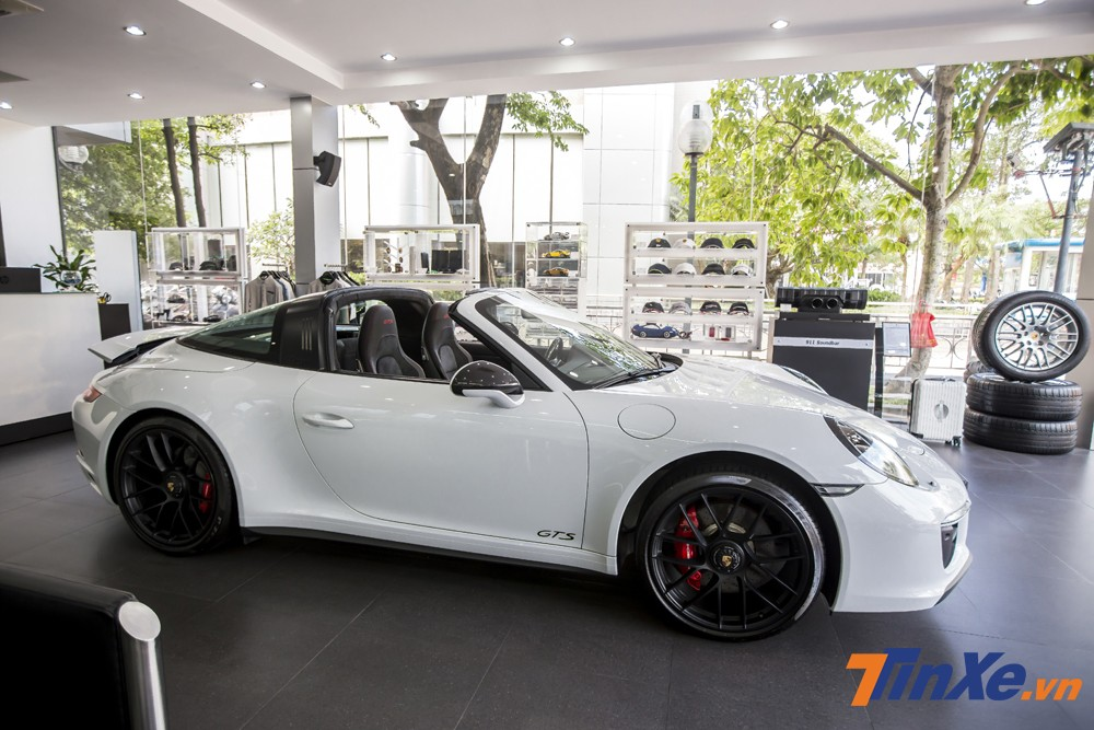 Porsche 911 Targa 4 GTS tại Việt Nam đã được trang bị thêm nhiều tuỳ chọn tiện nghi nên có giá bán lên tới hơn 11,2 tỷ VNĐ.