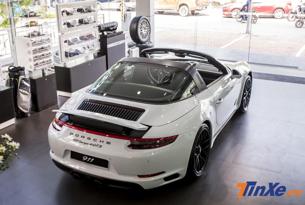 Với phần mui mềm điều khiển điện cùng phần mui cứng bảo vệ phía sau khiến Porsche 911 Targa 4 GTS được đánh giá cao về an toàn.