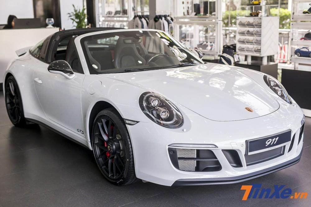 Với khả năng tăng tốc từ 0-100km/h chỉ trong 3,6 giây, Porsche 911 Targa 4 GTS có thể thoả mãn bất kỳ tín đồ tốc độ nào.
