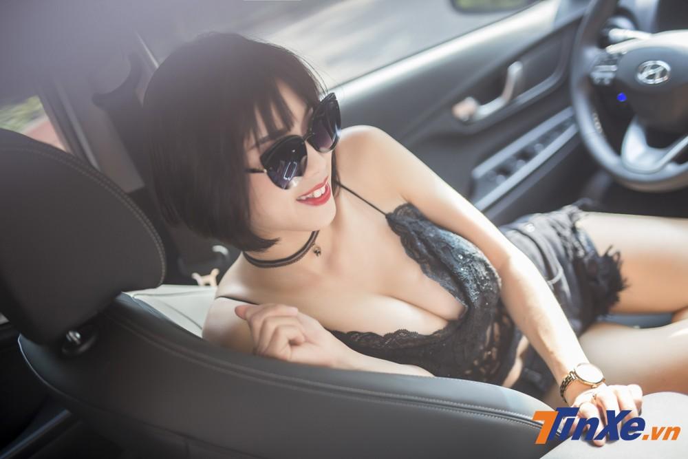 """Người đẹp Việt """"nửa kín nửa hở"""" với đồ ren bên trong Hyundai Kona - 5"""