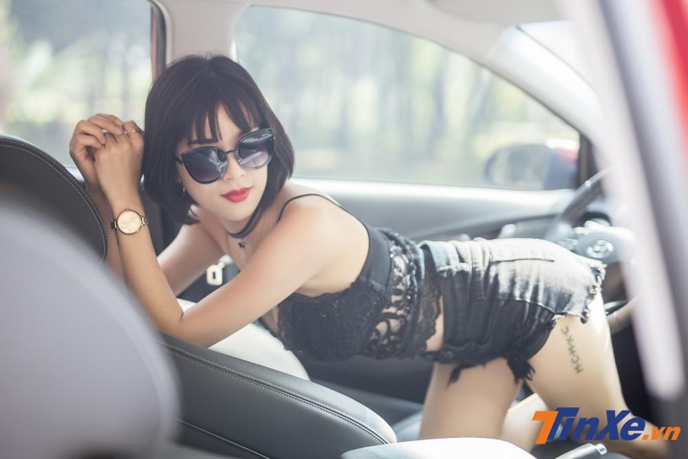 """Người đẹp Việt """"nửa kín nửa hở"""" với đồ ren bên trong Hyundai Kona - 7"""