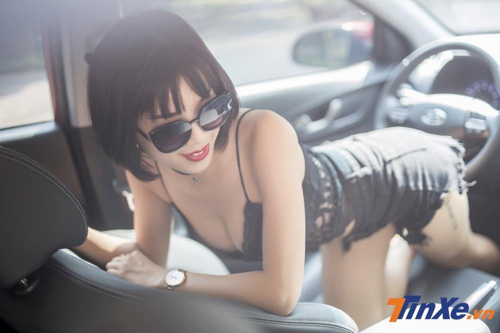 """Người đẹp Việt """"nửa kín nửa hở"""" với đồ ren bên trong Hyundai Kona - 11"""