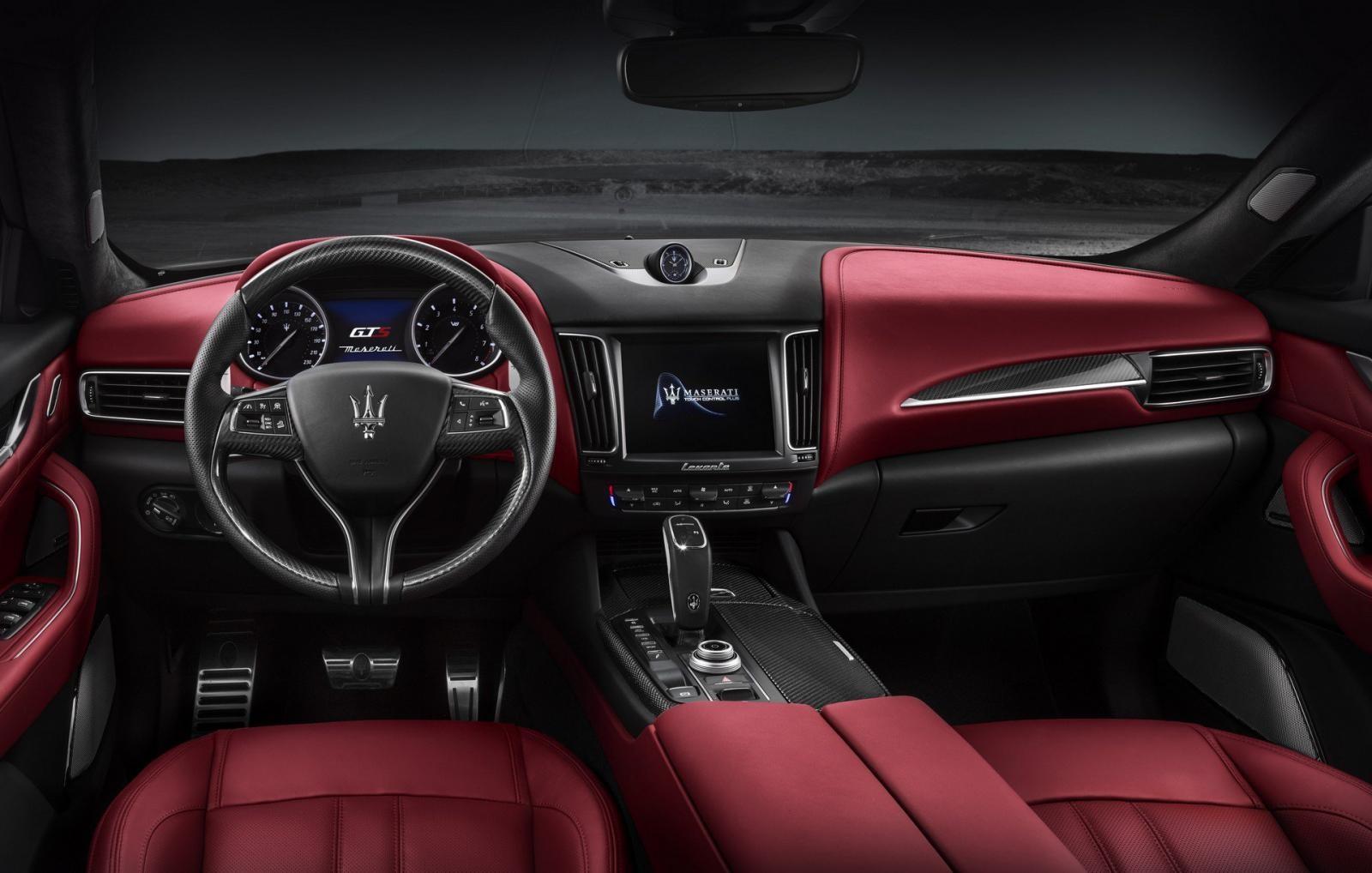 Maserati Levante GTS được trang bị vô lăng thể thao, hệ thống thông tin giải trí hiện đại và hệ thống âm thanh Harman Kardon
