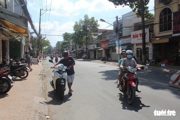 Anh Trần Lê Trang Nghiêm phải dắt xe một đoạn khoảng 100m mới đề được máy