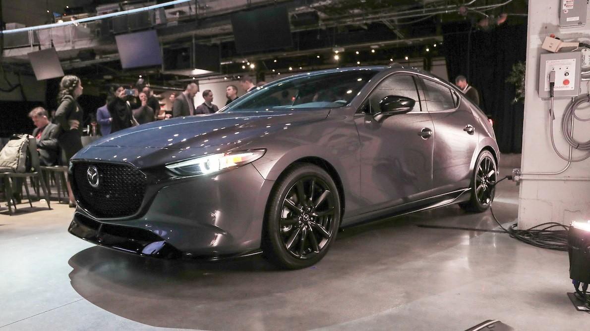 Mazda3 2019 còn được trang bị cản trước dập lõm ở hai góc