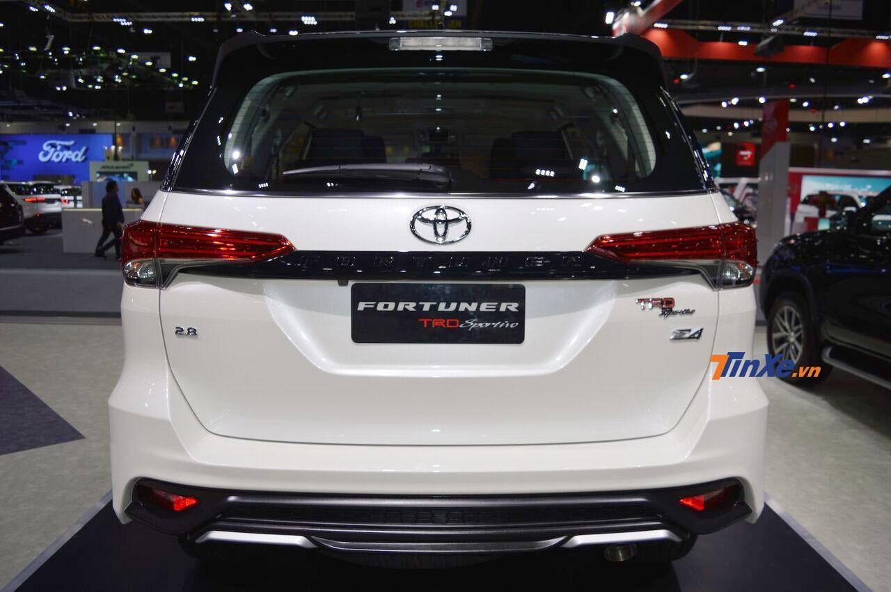 Toyota Fortuner TRD Sportivo 2 nhìn từ phía sau